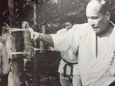 Oyama Masutatsu using a tree for a makiwara Kyokushin Karate, Shotokan Karate, Chinese Martial Arts, Mixed Martial Arts, Fight Techniques, Dojo, Self Defense, Kung Fu, Art Pictures