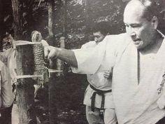 Oyama Masutatsu using a tree for a makiwara Kyokushin Karate, Shotokan Karate, Chinese Martial Arts, Mixed Martial Arts, Fight Techniques, Japanese Sword, Dojo, Self Defense, Kung Fu