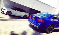 That looks like a very happy couple  Glacier white RS5 Cabriolet and Sepang blue…