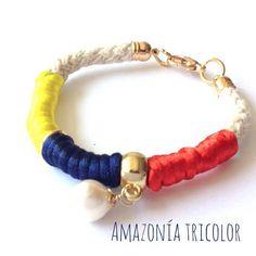 "31 Me gusta, 4 comentarios - SIBAY Accesories (@sibayaccesories) en Instagram: ""Esta versión de Amazonía nos encantó! #venezuela #vzla #hechoamano #handmade #pulsera #sibay #pzo…"" Jewlery, Mary, Bracelets, Instagram Posts, Earrings, Beading, Knot Bracelets, Handmade, Ecuador Flag"