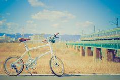 No.268 / ©monograph / DAHON Dash P8(2013年モデル) / 冬の光が眩しいくらいの土手の上で。DAHONも電車も、まだまだ旅の途中。 Saitama, Love Photos, Getting Out, Photo Contest, Bicycle, Magazine, Summer, Bicycle Kick, Pageant Photography
