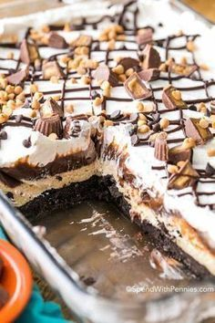 family absolutely RAVED about this no bake peanut butter dessert I've ever had! Peanut Butter Lasagna is a light and rich no bake dish with layers of chocolate, fluffy peanut butter and whipped topping all nestled on top of an Oreo cookie crust. Mini Desserts, Layered Desserts, Easy No Bake Desserts, Best Dessert Recipes, Chocolate Desserts, Sweet Recipes, Delicious Desserts, Chocolate Lasagna Dessert, Good Desserts