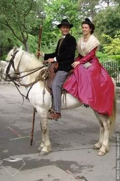 Gardian et Arlésienne Costume Français, French Costume, French People, Costumes Around The World, Folk Clothing, French Countryside, Horse Riding, Traditional Dresses, Cool Pictures