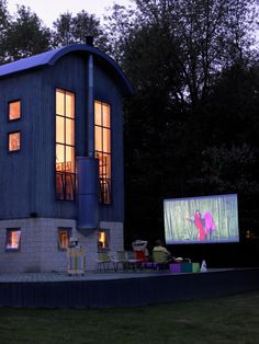 Check out Todd Oldham's outdoor cinema.   Captured by Amanda Talbot on Snoop.