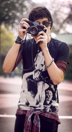 Moda masculina   Tendência Burgundy em looks para eles. O vinho é o novo preto Boy Fashion, Mens Fashion, Fashion Outfits, Tumbler Boys, Girl Couple, Masculine Style, Photos Tumblr, Fashion Project, Urban Outfits