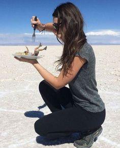 30 Creative And Playful Open Space Photography Ideas - Featuring Salar de Uyuni, Bolivia - Feminine Buzz Illusion Photography, Space Photography, Cute Photography, Creative Photography, Forced Perspective Photography, Perspective Pictures, Illusion Photos, Kreative Portraits, Concours Photo