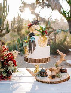 Pastel de bodas en color blanco con atrapa sueños en color dorado con plumas