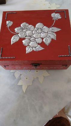 Repujado a mão livre em alumínio. Tin Foil Art, Aluminum Foil Art, Aluminum Can Crafts, Tin Can Crafts, Diy And Crafts, Arts And Crafts, Pewter Art, Pewter Metal, Feuille Aluminium Art