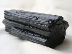 Turmalina Negra         Meditación        Utilizando cristales en meditaciones sirven para despertar y desarrollar la intuición, conectándon... Herkimer Diamond, Candy, Texture, Chocolate, Food, Crystals, Surface Finish, Essen, Chocolates