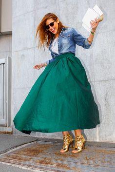 Las musas del street style nos inspiran a llevar la maxi falda en A Con maxi volumen y una dosis de denim