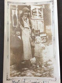 7542A, rue Berri, dépanneur de madame T. Paquet, mars 1933 Still Standing, Madame, Old Pictures, Rue, The Past, Photos, Mars, Alice, Painting