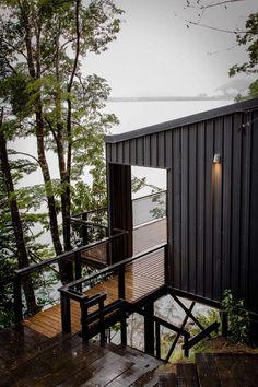 Keltainen talo rannalla: Puupintoja, modernia ja patinaa