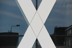 OPDRACHT 1 - VLAK Statisch ruitvormig wit vlak, gecreëerd door vier zwarte lijnen.
