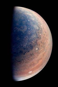La cámara JunoCam de la sonda espacial Juno ha captado una vista de inédita de Júpiter.