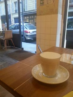 Rue de Babylone. Coutume café. Je suis dans un quartier chic alors ce sera un chai latte pour faire chic ! Agréable de se promener dans les environs....mais tellement de luxe...j attends mon rdv au Bon Marché. Le café est très sympa ambiance mi industriel mi chic avec moulures et métal . Lumineux et un oeu bruyant. Janvier 2017