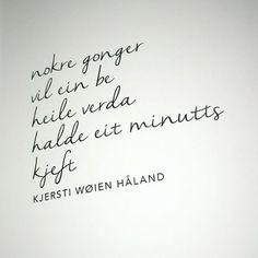 Et av diktene som er med i Ren poesi, del 2, og som jeg er så glad i - og ikke minst en av de mange gode tekstene i samlingen Panikk. #kjerstiwøienhåland #dikt #poesi #renpoesi #renpoesidel2 Bildet er tatt av @maria_solhaug #flammeforlag #allerforlag
