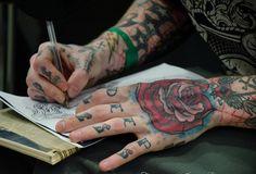 Tattoo style Rose Old ochool tattoos Hand tattoos Hand Tattoos, Boy Tattoos, Life Tattoos, Body Art Tattoos, Tattoos For Guys, Tattoo Blog, I Tattoo, Tattoo People, Body Mods