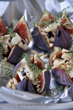 Small dish: Figs, goatchees and thyme. Tapas, I Love Food, Good Food, Yummy Food, Cooking Recipes, Healthy Recipes, Snacks Für Party, Appetisers, Tasty Dishes