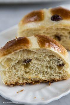 Gli hot cross buns sono dei tradizionali panini dolci inglesi da preparare durante il periodo di Pasqua. Vieni a scoprire la ricetta.