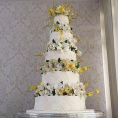 E quem disse que hoje não tem festa?! Tem sim... E das mais lindas! Casamento em Araçatuba hoje com bolo de mais de 1m de altura! 💛💛💛💛 com assessoria @liliane_galves 👏🏻