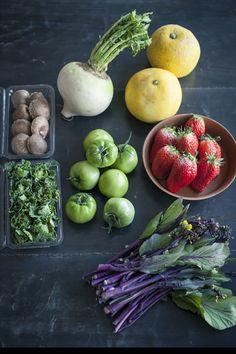 <br>週末はどこかへふらりと出かけたくなります。最近は少し足をのばして、道の駅や市場に出かけるのがひとつの楽しみ。大きさも形も種類もいつも見ないような野菜が所狭しと並んでいて、目移りしてしまうほど。 Recipe Images, Sprouts, Fresh, Vegetables, Cooking, Food, Beautiful, Kitchen, Essen