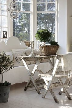 Who needs expensive furniture? An old outdoor table set fits beautifully in this summer cottage bay window.