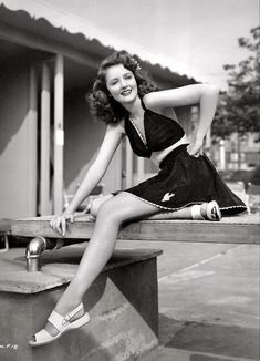 Rantings Of A Modern Day Glamour Girl - Martha Vickers, 1942 Universal Pictures Old Hollywood Style, Classic Hollywood, Vintage Glamour, Vintage Beauty, Vintage Models, Retro Vintage, Vintage Gowns, Vintage Outfits, 1940s Fashion