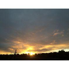 【hirokosabu】さんのInstagramをピンしています。 《今朝は久しぶりに日の出が見れたよ。太陽が昇る位置がかなり変わってた。今曇り空。鳥がいるの見えるかな? 27.Sep #日の出#早朝#晴れ#オレンジ#雲#青#青空#曇り空#鳥#木#海#cloud#clouds#cloudy#morning#orange#blue#tree#sea#bird#view#dawn#sun#sunrise#sky#likes》
