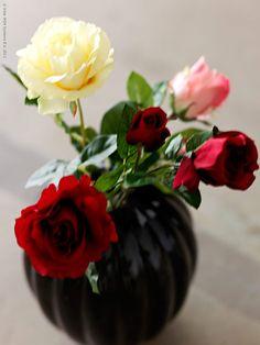 För dig som älskar att alltid ha vackra snittblommor hemma så finns det nu många NYHETER i serienSMYCKA, naturtrogna konstgjorda blommor.