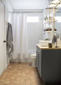 Amber Interiors X Lowe's - Blogger vs. Builder Grade Bath @lowes #lowes