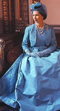 Queen Elizabeth at Princess Margaret's wedding in Norman Hartnell dress. Look closely and you will see the Lover's Knot brooch - the same one she wore to William and Kate's wedding in So pretty this picture for Queen Elizabeth II. Norman Hartnell, Lady Diana, Princess Margaret Wedding, Princess Wedding, Prinz Philip, Princesa Kate, Estilo Real, Royal Queen, Isabel Ii