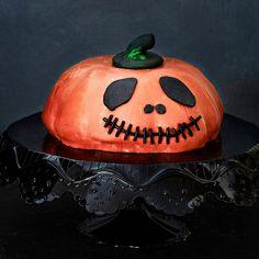 Halloweenin kurpitsakakku maistuu suklaalta ja appelsiinilta.