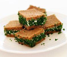 Dessa lyxiga små snittar är en spännande smakupplevelse och även en fröjd för ögat. Du fyller kavring med en ljuvlig ostkrämröra och garnerar med gräslök. Supergott till drinken, på buffébordet eller som förrätt.