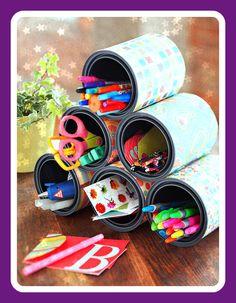 Décorer des boites de conserve On as tous des boites de conserve a la maison. Mais ue faire avec? Voici une idée: Des boites a crayon! (Vous pouvez aussi utiliser des petites boites de lait en poudre pour bébé) Mais comment faire ?: - Prenez une (ou plusieurs)...