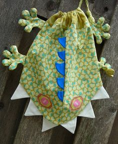 "Monster Bag - it's basically a slightly modified lizard ""beach bag"" from Fast Fun Easy Fabric Critter Bags - page I have the book, YAY! Fabric Crafts, Sewing Crafts, Sewing Projects, Purse Patterns, Sewing Patterns, Mochila Tutorial, Fabric Bags, Kids Bags, Sewing For Beginners"