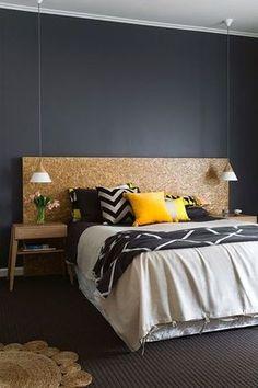 Une tête de lit en panneau d'aggloméré (OSB) verni pour une couleur rousse plus chaleureuse 250x125 ep 9mm