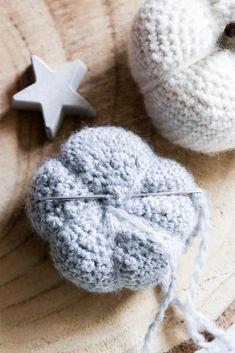 Gehäkelte Kürbisse- einfaches und schickes DIY für den Herbst Winter Hats, Halloween, Crochet, Creative, Inspiration, Ideas, Amigurumi, Jewelry Making, Creative Ideas