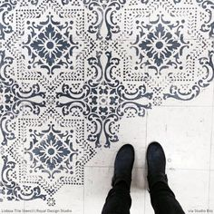 Stenciled Floor Patterns on Linoleum - Lisboa Tile Stencils - Royal Design Studio . I love stencils, you can do so much with them and in the colors you choose, not someone else's idea of the perfect color. Painted Floor, Painting Tile, Pretty Tiles, Royal Design Studio, Tile Design, Stencils Wall, Stenciled Floor, Flooring, Bathroom Flooring