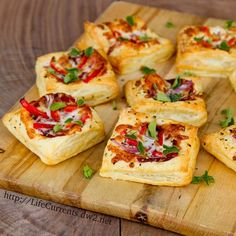 Easy Pizza Tarts are a great Snack for all your football parties! Easy to make and delicious! And, there's two different topping ideas! Finger Food Appetizers, Appetizers For Party, Finger Foods, Appetizer Recipes, Tapas, Pizza Tarts, Easy Homemade Pizza, Snacks Für Party, Appetisers