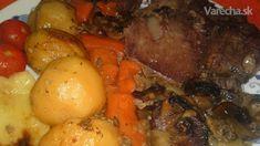 Csesznek /čítaj česnek/ je obec v Madarsku vo Vesprémskej župe, v jej okolitých lesoch sa  veľa poľuje a odtiaľto je aj tento vynikajúci recept. Diviačie stehno sa našpikuje údenou  slaninou, okorení sa mletým čiernym korením, majoránom a potrie horčicou, 48 hodín sa  marinuje v tomto páci v chladničke, pečie sa v peci pomaly na lôžku z cibule, mrkvy,  obložené zemiakmi, šampiňonmi a cesnakom,pred dopečením sa pridá zelená paprika.  Piekla som v trúbe, ale výsledok je aj tak skvelý.Pridávam…