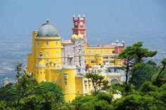 12 jours au #Portugal, de Lisbonne à #Porto - via Voyager en Photos 19.06.2015 | La durée idéale pour une première immersion dans ce pays magnifique au patrimoine incroyable. 12 jours pendant lesquels nous avons enchaînés les visites de sites classés au Patrimoine Mondial de l'Unesco : Lisbonne, Sintra, Tomar, Coimbra, Porto, Batalha et Alcobaça, tout en se permettant quels instants de farniente à la plage pour nous remettre de tout cela ! #voyage #travel #tips Photo: Palais de Pena à Sintra
