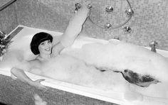 1982. La chanteuse Française Mireille Mathieu est à Berlin pour donner un récital aux soldats Français basés à Berlin . En général les photos de Mireille sont plutôt classiques , mais là pour le photographe de Match elle accepte de jouer le jeu et de poser dans un bain moussant. Photo : Jean Claude Deutsch/Paris-Match.