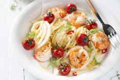 pastagerecht - scampi's, tagliatelle, ... - Kook de pasta gaar in gezouten water.