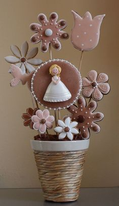 First Holy Communion dress and flowers decorated cookies by Cuki Chic. Fancy Cookies, Iced Cookies, Cute Cookies, Royal Icing Cookies, Cupcake Cookies, Sugar Cookies, Cookie Bouquet, Flower Cookies, Cookie Pops