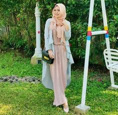 blush pink maxi dress with trench coat- Casual chic hijab 2016 www.justtrendygir… blush pink maxi dress with trench coat- Casual chic hijab 2016 www. Modest Fashion, Fashion Dresses, Blush Pink Maxi Dress, Street Hijab Fashion, Modest Wear, Scarf Design, Mode Hijab, Denim Top, Stripe Skirt