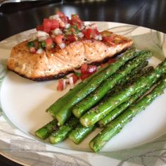 Pan seared salmon topped with fresh pico de gallo and grilled asparagus.over black beans would be good too Easy Healthy Recipes, Gluten Free Recipes, Easy Meals, Bodybuilding Recipes, Pan Seared Salmon, Grilled Asparagus, Health Snacks, Black Beans, Shrimp