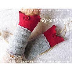 Elegante Walkstulpen aus hochwertigem Walk in Grau und Rot mit wellig versäumten Bögen, Ziernähten und einem Walkröschen♥