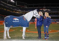 Cheerleaders and Thunder Meet the Press.  Wish I could get one of these stable blankets for my horse.