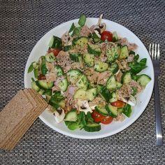 Mittagessen Tag 15 gemischter Salat mit Thunfisch  da wir ja Kohlenhydrate dazu essen sollen und ich das natürlich nicht bedacht hatte als ich den Salat geschnippelt habe  gibt es ausnahmsweise Vollkornknäckebrot dazu! #sizezero #sizezeroarmy #eatclean #lowcarb #ilovepersonaltraining #das10wochenprogramm #teamalina #weibagang #abgerechnetwirdamstrand #lunch #sz2k16 by dani041180