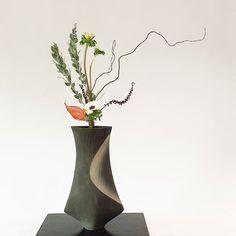 Ikebana Flower Arrangement, Ikebana Arrangements, Flower Arrangements, Ikebana Sogetsu, Japanese Flowers, Floral Design, Vase, Branches, Beautiful